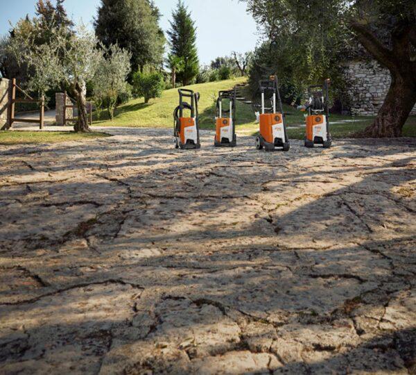 fyra högtrycksvättar på en stensatt trädgårdsyta