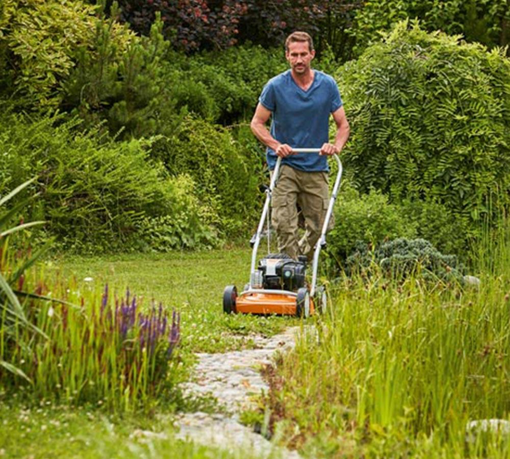 Miljöbild traditionell gräsklippare från Stihl