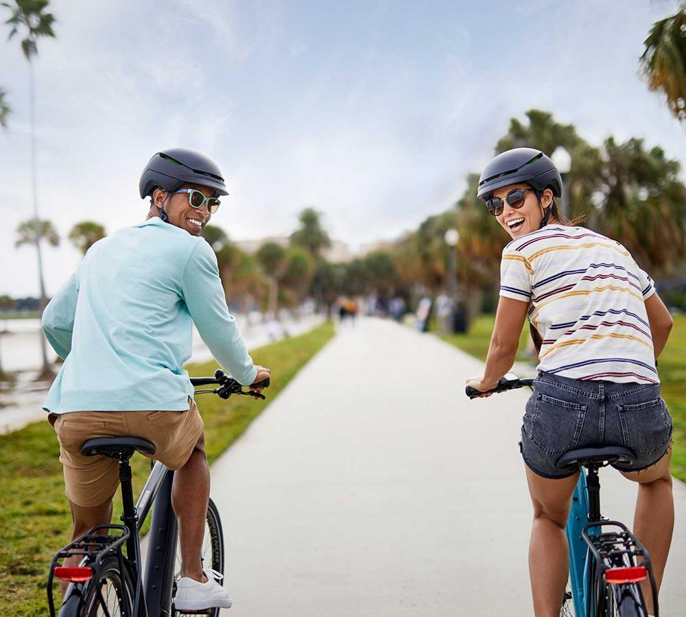 man och kvinna elcyklar på cykelbana