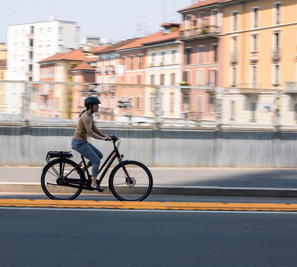kvinna cyklar elcykel i stan