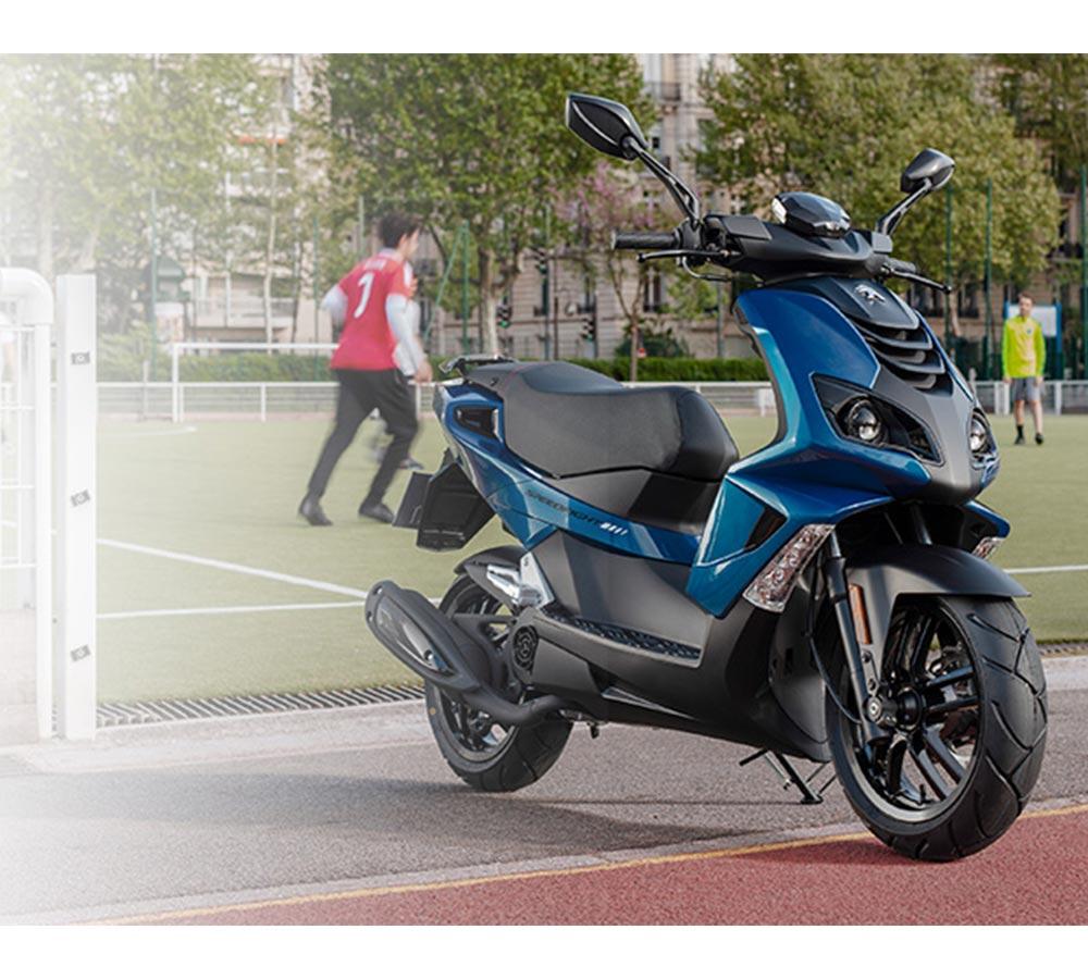 peugeot moped framför fotbollsplan